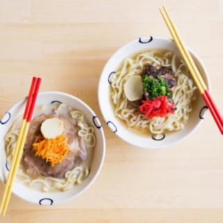 獲得米其林認可的拉麵職人及人氣陶藝家,結合各自手藝推出了「沖繩蕎麥麵」。 「島豆腐と、おそば。真打田仲そば」在沖繩名護市開幕囉。