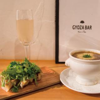【東京晚餐】巴黎也大受歡迎的GYOZA成為搭配香檳的新必點菜色!在青山的「GYOZA BAR Comme a Paris」